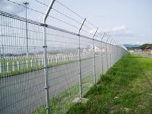 自転車の 自転車 転倒防止 柵 : 福岡空港 メッシュフェンス ...